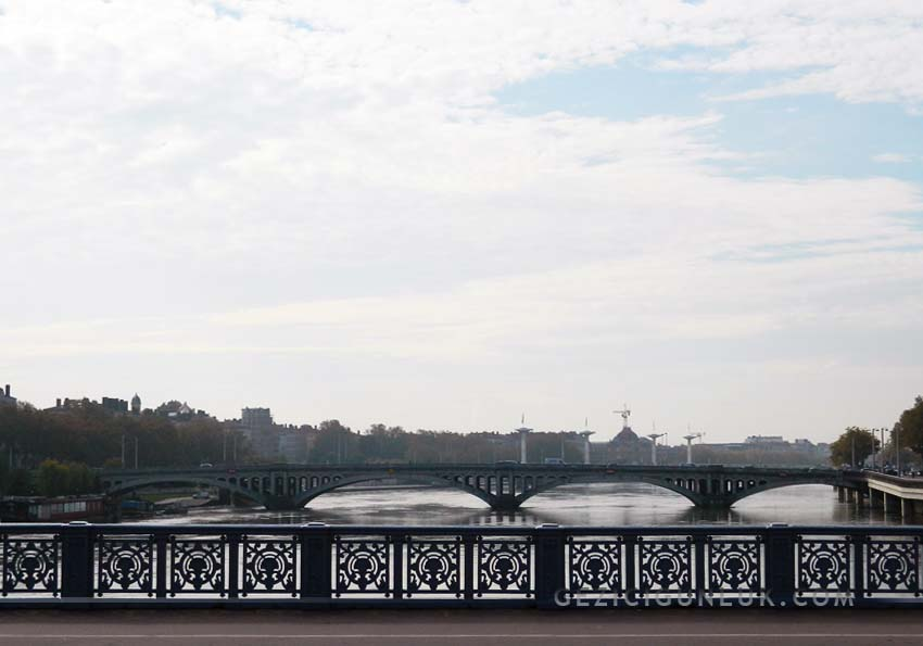 lyon_rhone_river_bridge